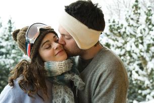 Man kissing woman on cheekの写真素材 [FYI04321290]