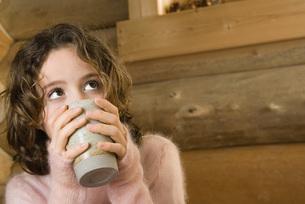 Girl drinking hot drinkの写真素材 [FYI04321294]