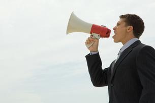 businessman shouting into megaphoneの写真素材 [FYI04321305]