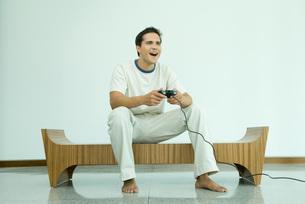 man playing video gameの写真素材 [FYI04321343]