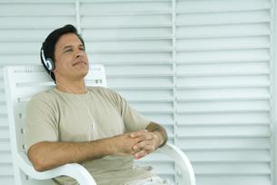 Man sitting and listening to headphonesの写真素材 [FYI04321374]