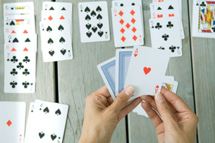 Woman playing card game of handsの写真素材 [FYI04321380]