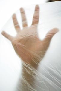 Hand inside plastic bagの写真素材 [FYI04321408]