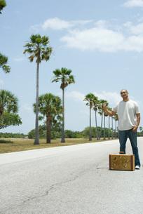 Man hitchhikingの写真素材 [FYI04321416]