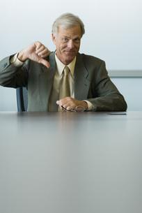 Businessman making thumbs down gestureの写真素材 [FYI04321423]