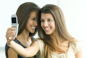 Twin girl photographing selfの写真素材 [FYI04321440]