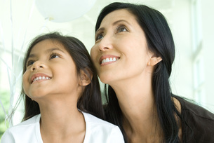 Mother and daughter looking upの写真素材 [FYI04321444]