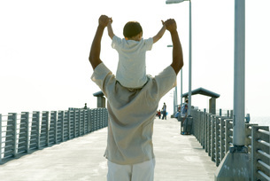 Father carrying son on shouldersの写真素材 [FYI04321448]