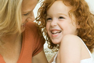 Mother and daughter laughing togetherの写真素材 [FYI04321479]