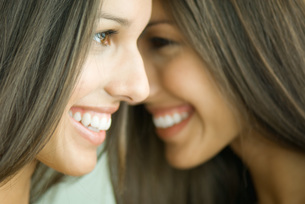 Two twin sisters smilingの写真素材 [FYI04321481]