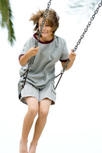 Boy swinging at cameraの写真素材 [FYI04321502]