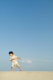 boy pulling on ropeの写真素材 [FYI04321527]