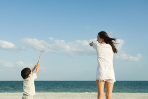 Woman and boy catching cloudsの写真素材 [FYI04321534]