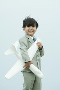 boy holding toy airplaneの写真素材 [FYI04321571]