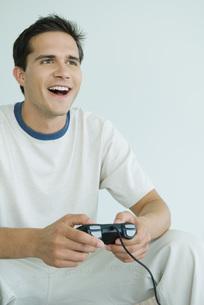 man playing video gameの写真素材 [FYI04321581]