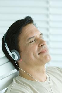 Man listening to headphonesの写真素材 [FYI04321589]