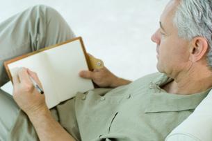 man writing in diaryの写真素材 [FYI04321596]