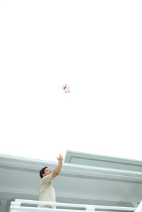 Man throwing trash into the airの写真素材 [FYI04321606]