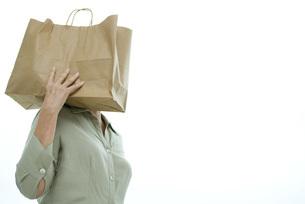 Woman carrying shopping bag on shoulderの写真素材 [FYI04321626]