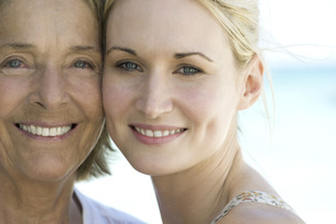 Mother with adult daughter, portraitの写真素材 [FYI04321658]