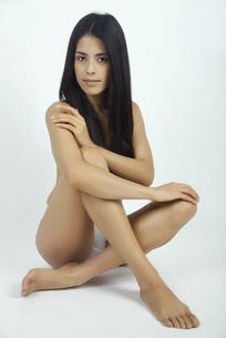 Woman sitting in underwear, full length portraitの写真素材 [FYI04321675]