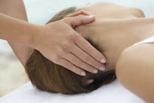 Young woman receiving head massageの写真素材 [FYI04321678]
