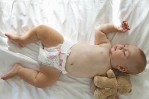 Baby sleeping with teddy bearの写真素材 [FYI04321690]