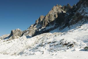 Snowy mountain peaks against clear skyの写真素材 [FYI04321716]