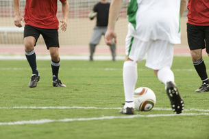 Soccer players on field, croppedの写真素材 [FYI04321730]