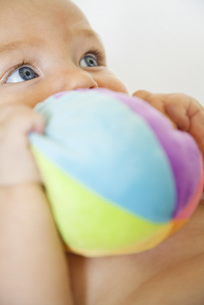 Baby chewing on stuffed toyの写真素材 [FYI04321756]