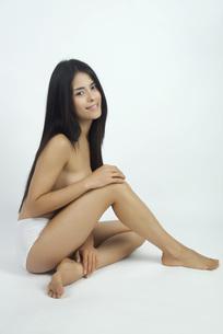 Woman sitting in underwear, full length portraitの写真素材 [FYI04321758]