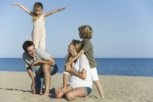 Family playing together at the beachの写真素材 [FYI04321795]