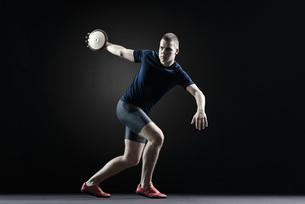 Male athlete throwing discusの写真素材 [FYI04321798]