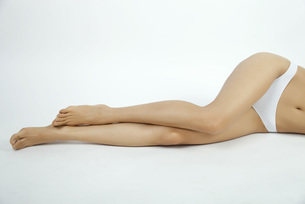 Woman lying down in underwear, low sectionの写真素材 [FYI04321848]