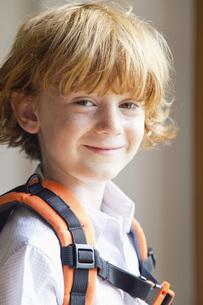 Little boy wearing backpack, portraitの写真素材 [FYI04321861]