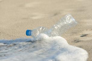 Abandonded plastic bottle on beachの写真素材 [FYI04321893]