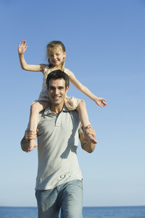 Father carrying daughter on his shouldersの写真素材 [FYI04321901]