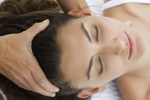 Young woman receiving head massageの写真素材 [FYI04321903]