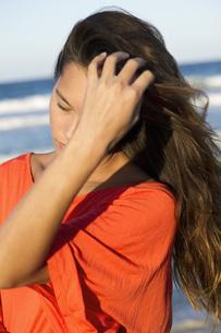 Woman's hair blowing in windの写真素材 [FYI04321915]