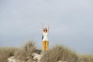 Mature woman doing sun salutation yoga poseの写真素材 [FYI04321923]