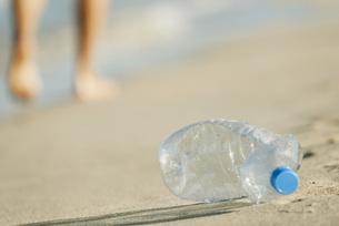 Abandoned plastic water bottle on beachの写真素材 [FYI04321943]