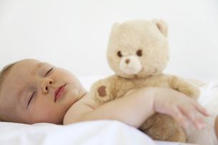 Baby sleeping with teddy bearの写真素材 [FYI04321956]