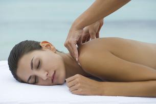 Young woman receiving shoulder massageの写真素材 [FYI04321958]