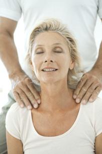 Mature woman having her shoulders massagedの写真素材 [FYI04321986]