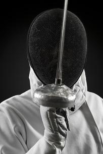 Fencer holding up foil, portraitの写真素材 [FYI04322038]