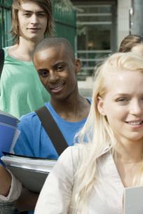 Male university student among friendsの写真素材 [FYI04322074]