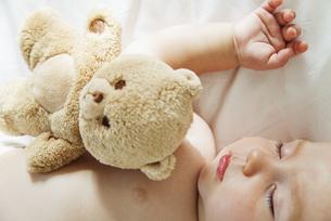 Baby sleeping with teddy bearの写真素材 [FYI04322079]