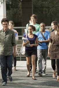 University students walking on campusの写真素材 [FYI04322080]