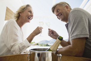Mature couple toasting with champagneの写真素材 [FYI04322083]