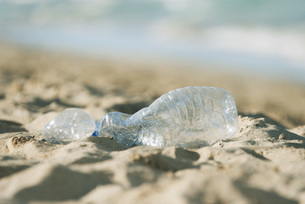 Empty plastic bottle on beach, selective focusの写真素材 [FYI04322121]